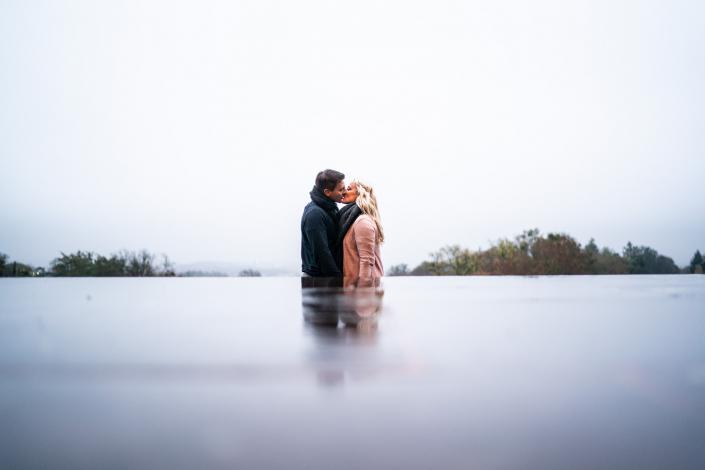 Pärchen Hochzeitsfotografie mit Spiegelung