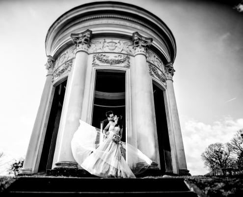 schwarzweiss Hochzeitsfotografie Brautpaar im Wind
