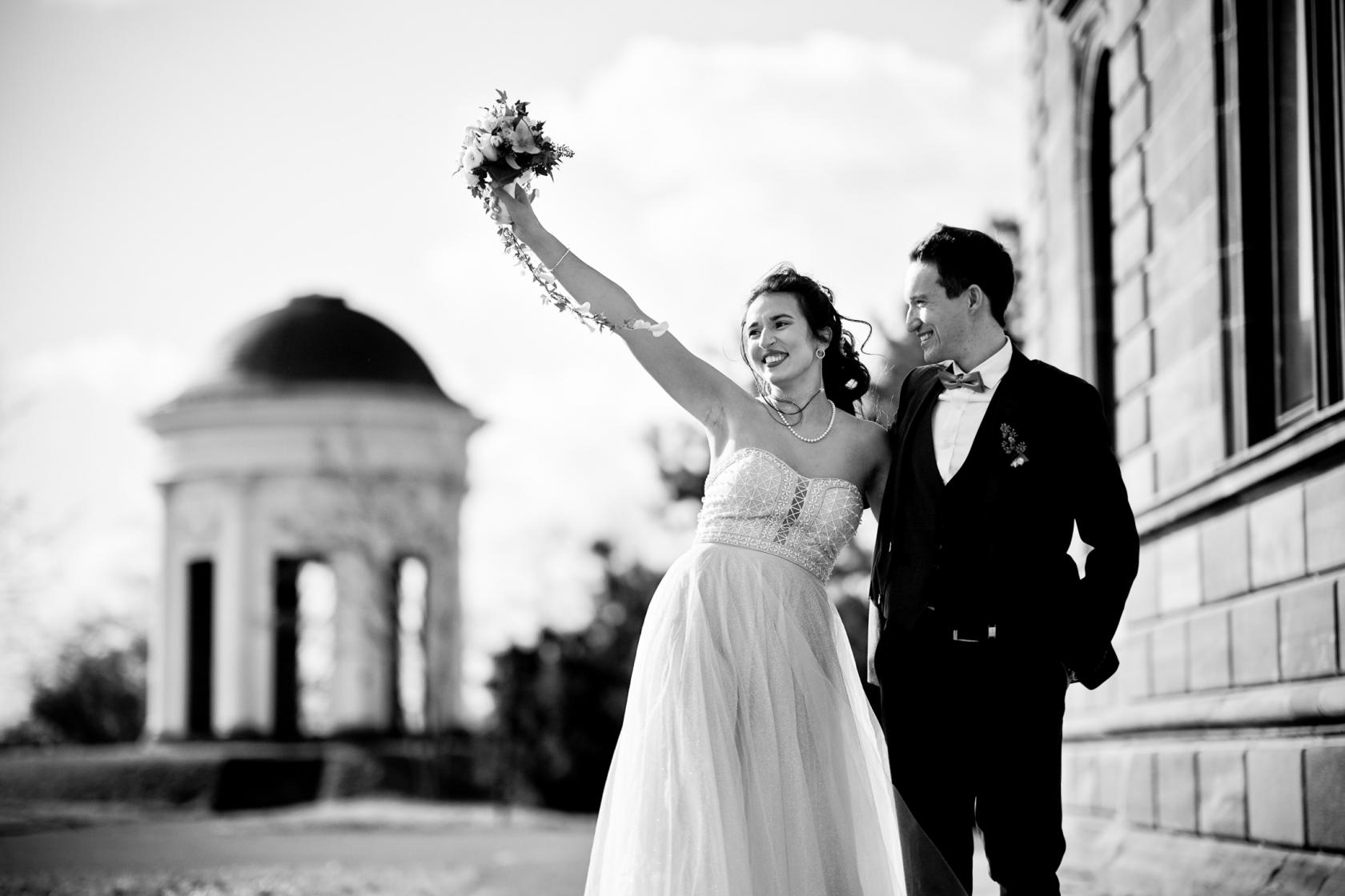 Brautpaar in Kassel mit Brautstrauß
